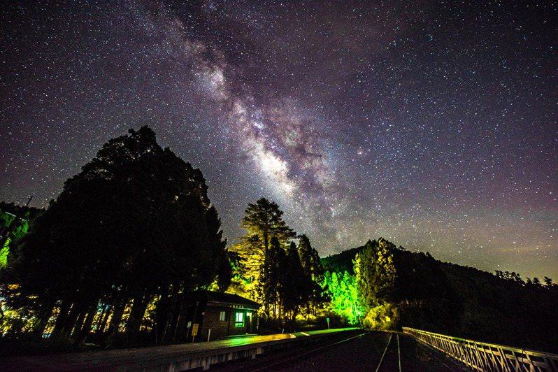 英仙座流星雨將來臨,嘉義縣府推出6大必去觀星點,邀民眾前往。圖/嘉義縣政府提供