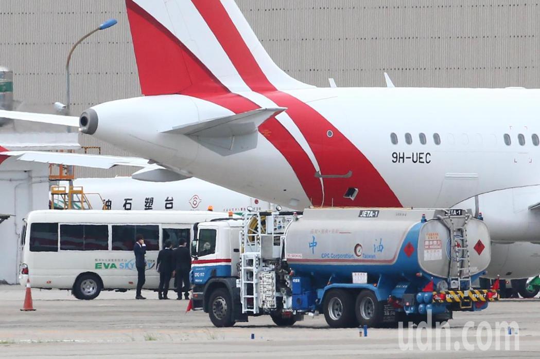 日本前首相團下午抵台,準備前往台北賓館弔唁前總統李登輝,成員下機搭上遊覽車。記者...