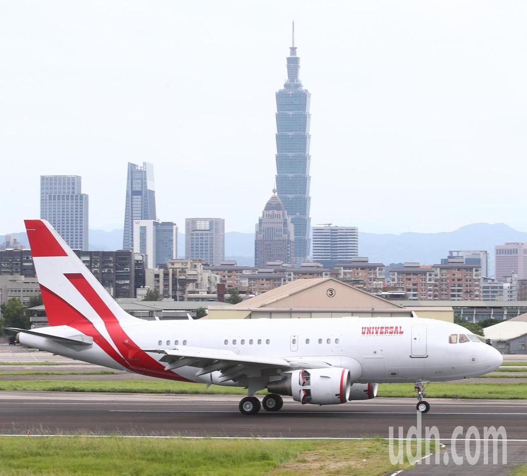 日本前首相團下午搭乘專機抵台。記者葉信菉/攝影