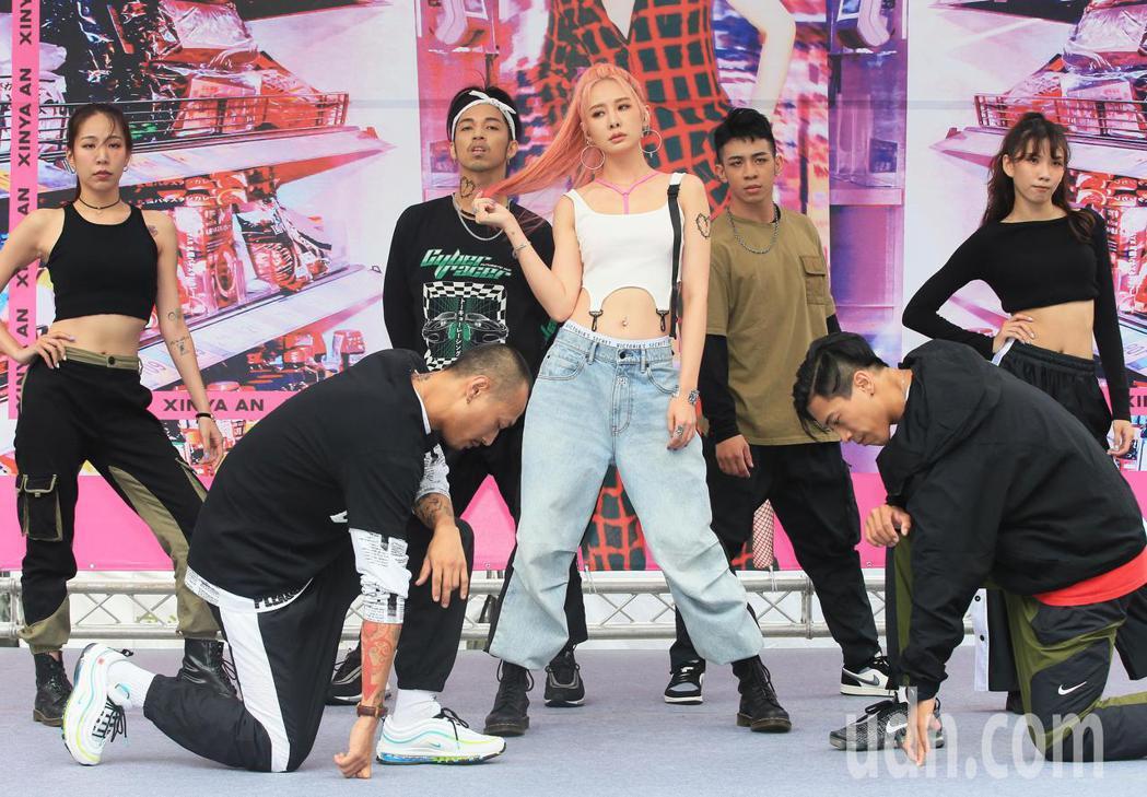 安心亞(中)今天舉行新專輯「愛得起」台北簽唱會。記者潘俊宏/攝影