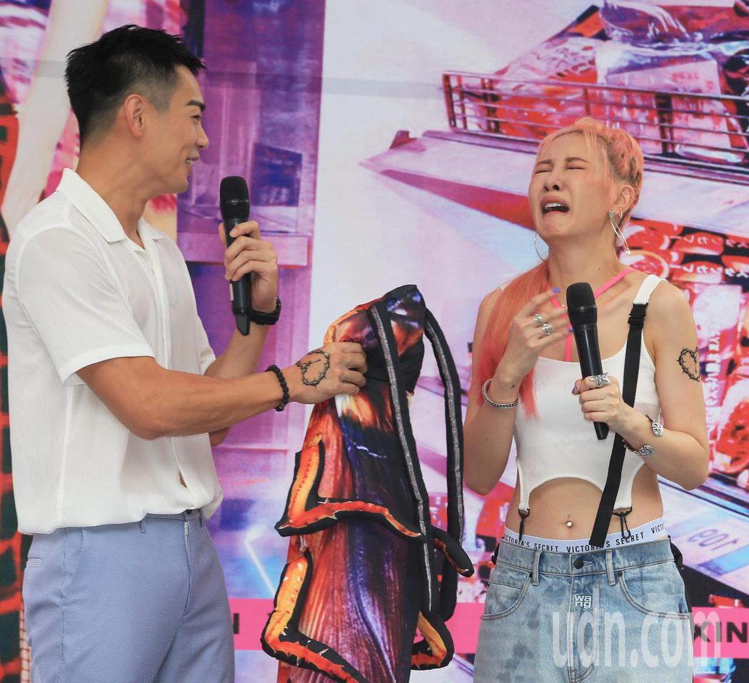 安心亞(右)今天舉行新專輯「愛得起」台北簽唱會,合體禾浩辰(左)造勢,禾浩辰送安...