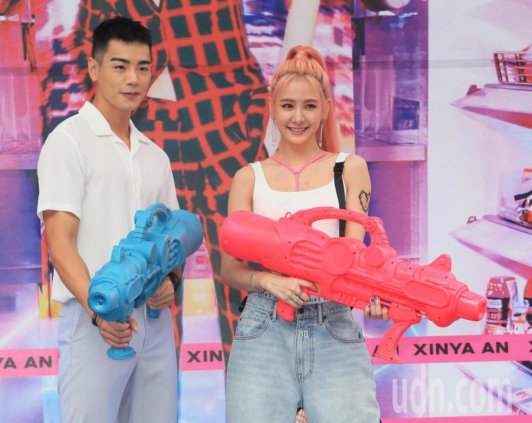 安心亞(右)今天舉行新專輯「愛得起」台北簽唱會,合體禾浩辰(左)造勢,兩人一起玩...