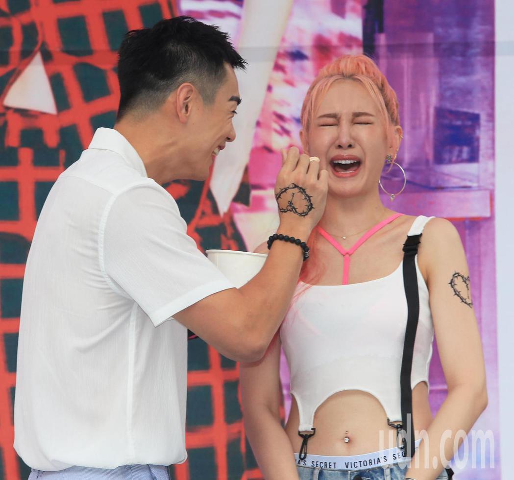 安心亞(右)今天舉行新專輯「愛得起」台北簽唱會,合體禾浩辰(左)造勢,禾浩辰餵安...
