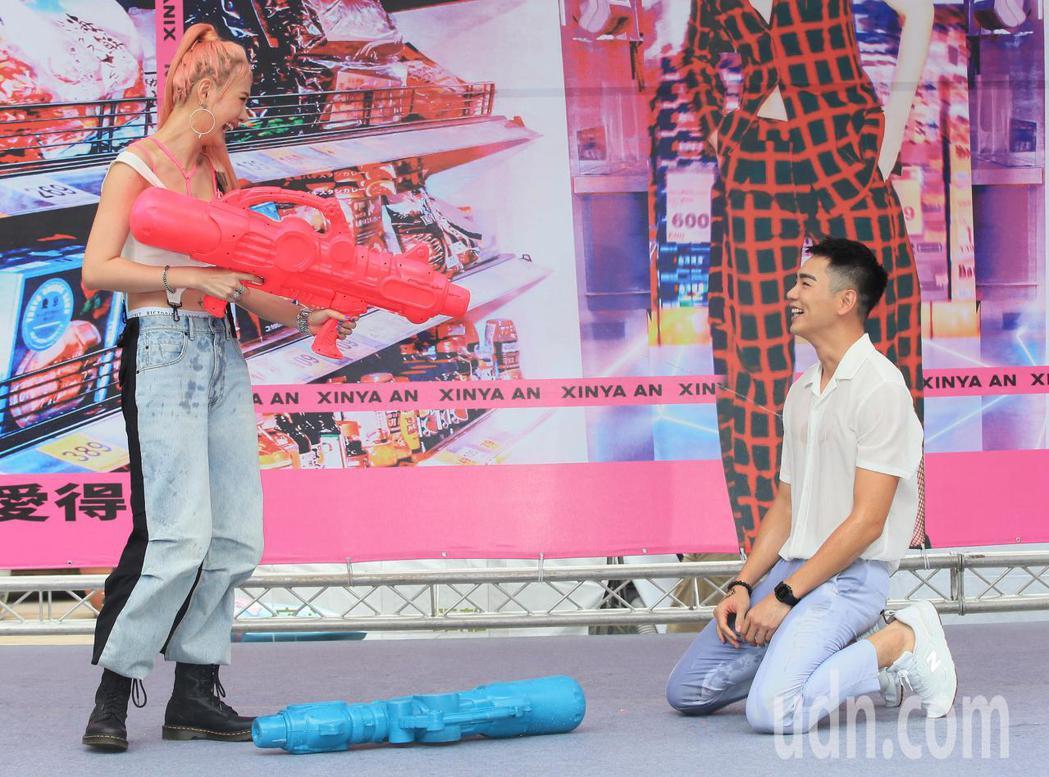 安心亞(左)今天舉行新專輯「愛得起」台北簽唱會,合體禾浩辰(右)造勢,兩人一起玩...