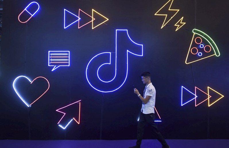 美國總統川普以國家安全為由,過去10天對中國大陸熱門影音應用程式抖音的海外版TikTok祭出連串措施。圖為抖音去年10月在杭州一項展覽中的陳設。美聯社
