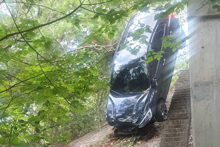 疑精神不濟車輛翻落邊坡 大樹拖住車身獲救