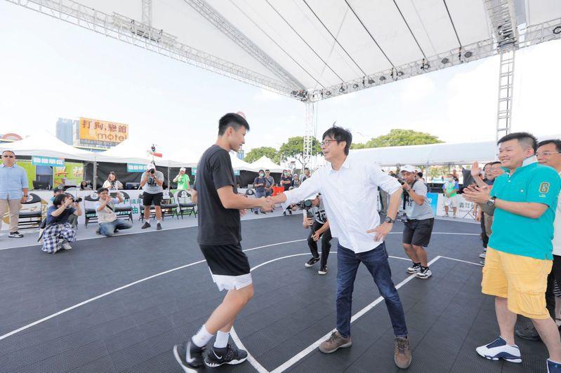 民進黨高雄市長補選候選人陳其邁(左二)今天參加「T3BA三對三籃球六都爭霸戰」,也談運動經濟等政見。圖/陳其邁競選總部提供