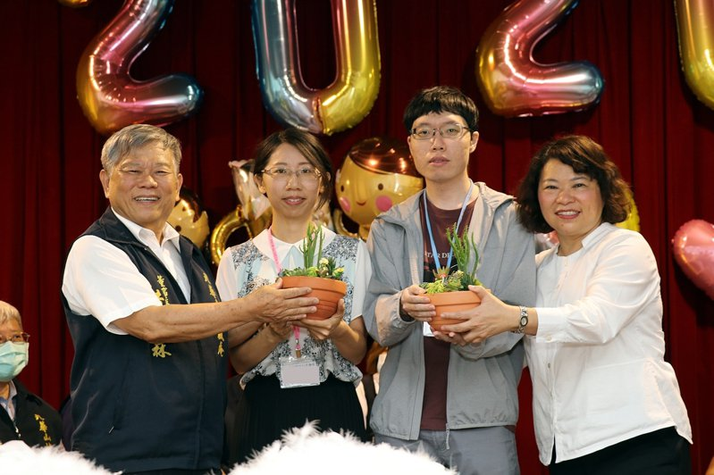 嘉義市長黃敏惠(右一)、九華山地藏庵董事長黃俊森(左一)贈與參加聯誼男女多肉植物。圖/嘉義市府提供