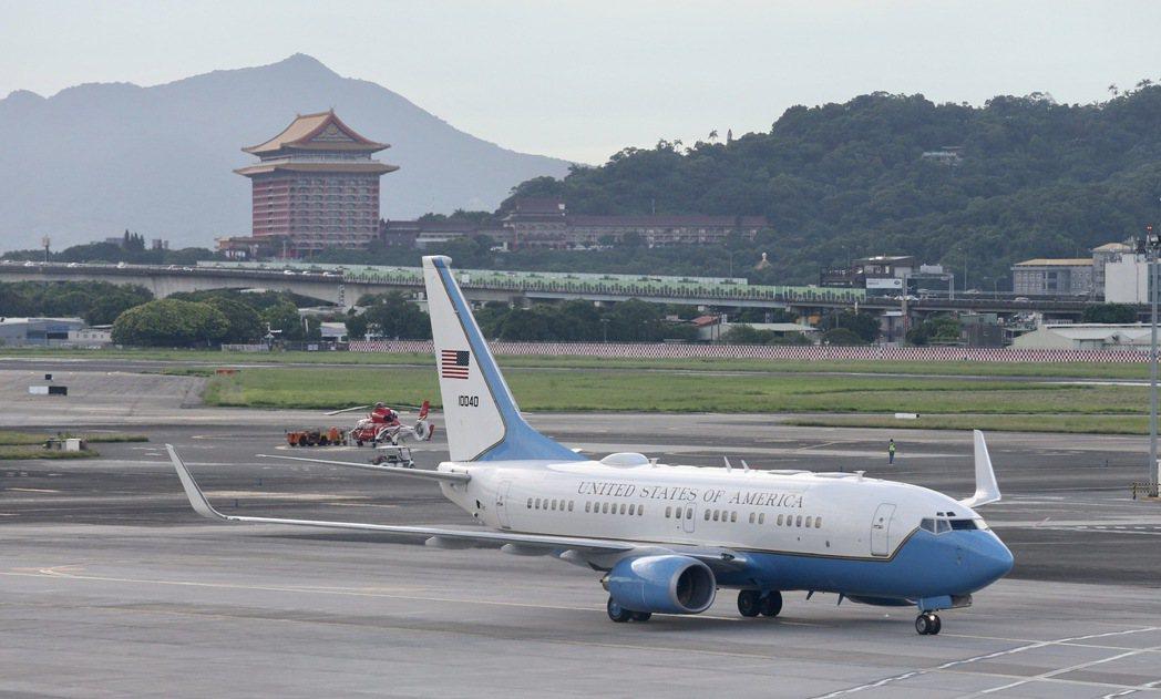 美國衛生部長艾薩爾(Alex Azar)下午率團搭乘專機飛抵台北松山機場。 記者...