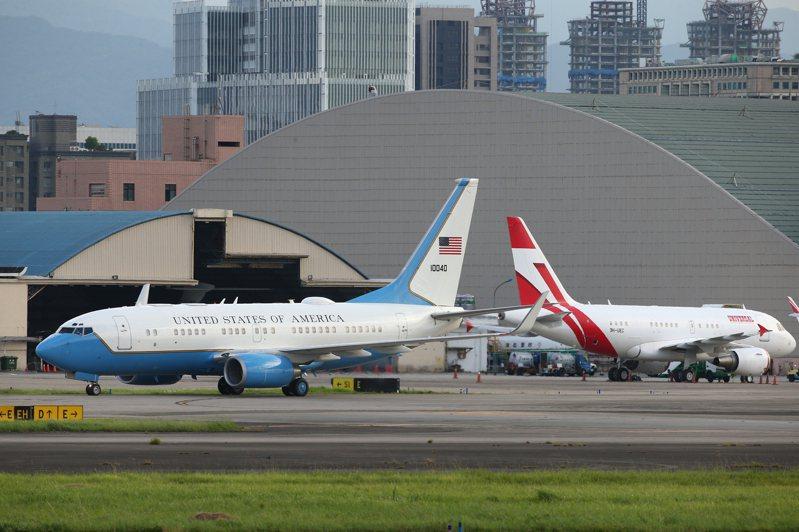 美國衛生部長阿查爾於今天下午率團搭乘專機(左)抵達台灣,圖右為稍早抵達的日本前首相團專機。記者葉信菉/攝影