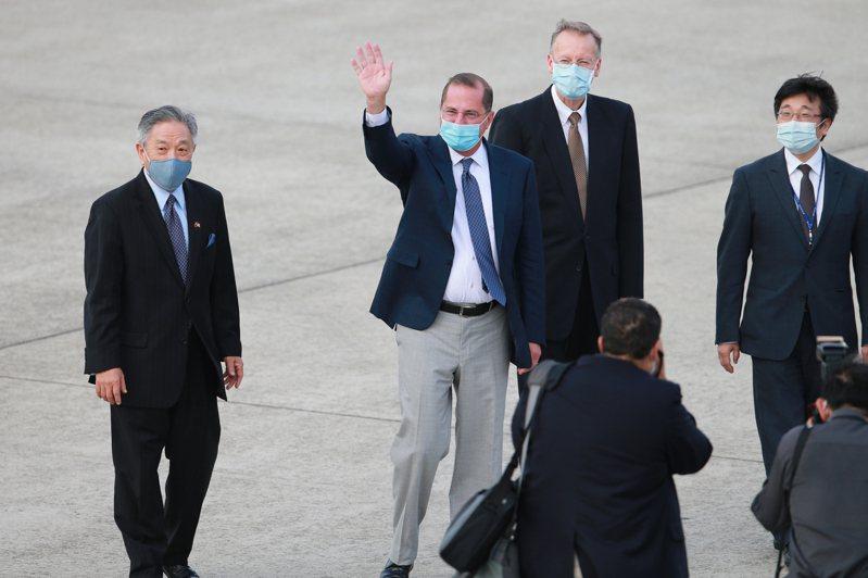 美國衛生部長阿查爾(左二)今天下午率團搭乘專機抵達台灣,在松山機場上外交部次長田中光(左)與疾管署署長周志浩(右)、AIT處長酈英傑(右二)一同接機,而阿查爾也向頂樓拍攝的媒體記者揮手致意。記者許正宏/攝影