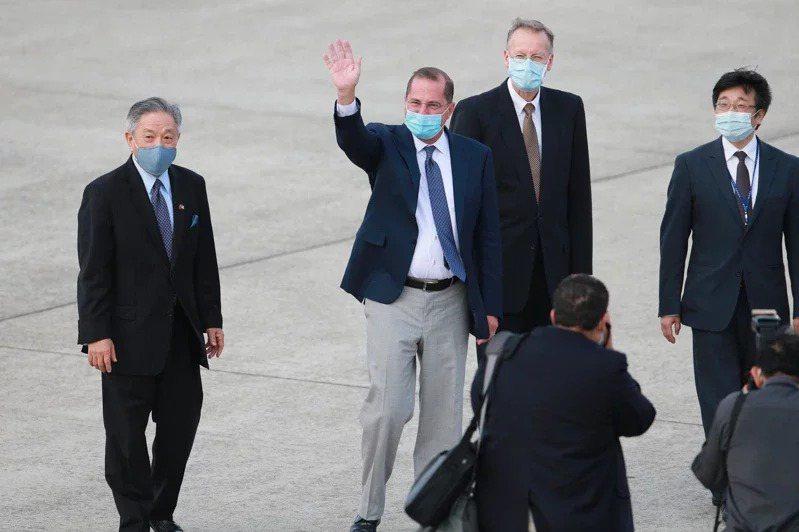 美國衛生部長阿查爾(左二)今天下午率團搭乘專機抵達松山機場,外交部次長田中光(左)與疾管署長周志浩(右)、AIT處長酈英傑(右二)一同接機。阿查爾也向在頂樓拍攝的媒體記者揮手致意。記者許正宏/攝影
