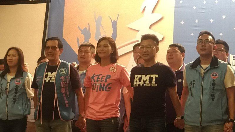 前總統馬英九(左二)、國民黨高雄市長補選候選人李眉蓁(中)、國民黨主席江啟臣(右二)和國民黨多位民代,今下午出席全國青年後援會成立大會。記者蔡孟妤/攝影