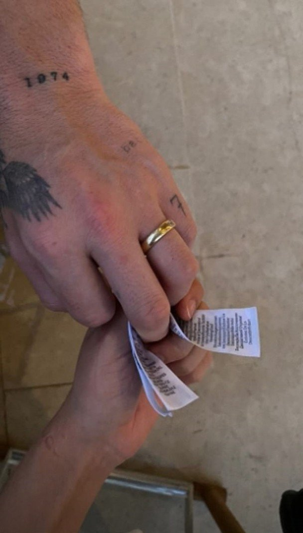 妮可拉佩茲在IG上傳限時動態,布魯克林的無名指上有金戒指,似乎向外界暗示,他們目...