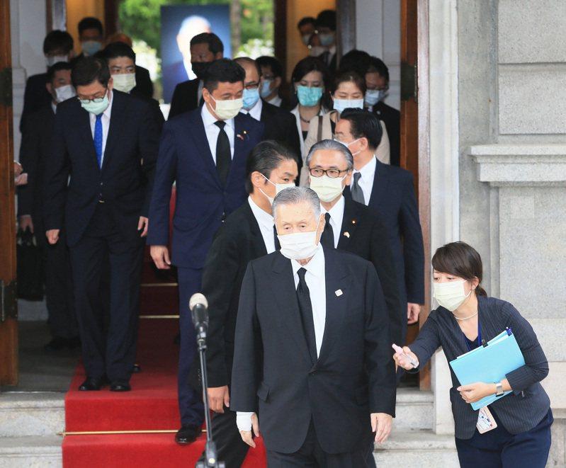 日本前首相森喜朗(中)今天率團到台北賓館弔唁前總統李登輝。記者潘俊宏/攝影