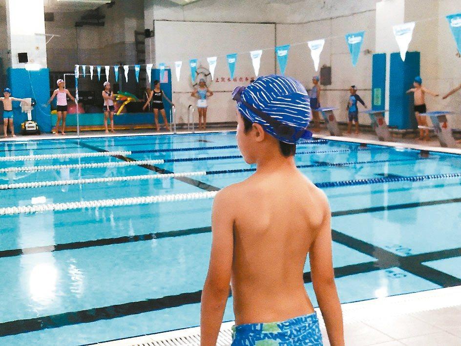 暑假避暑,我為兒子報名國小的暑期泳訓班。圖╱許瑞庭提供