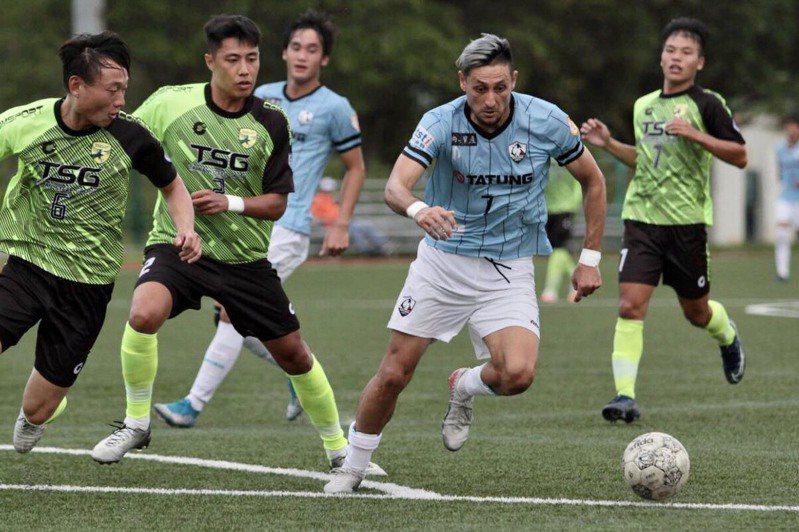北市大同隊朱恩樂(中藍衣)幫助球隊攻進領先球。圖/中華足球協會提供