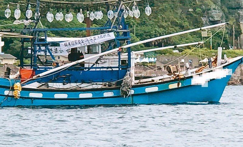 新北市貢寮龍洞潛水客頻闖漁船航道,引發漁民不滿,昨天集結19艘漁船在海上抗議,海巡戒護維持秩序,並勸離潛水客。 記者游明煌/翻攝