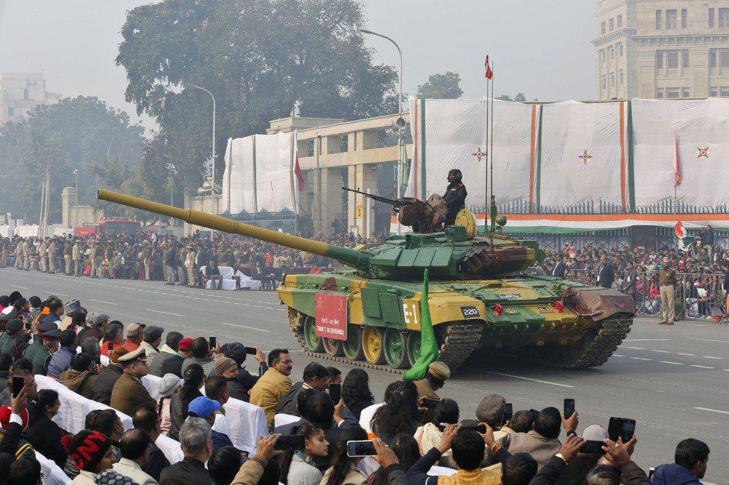 印度國防部長辛赫9日表示,武器進口禁令將確保國內軍備供應商在未來六至七年取得價值...