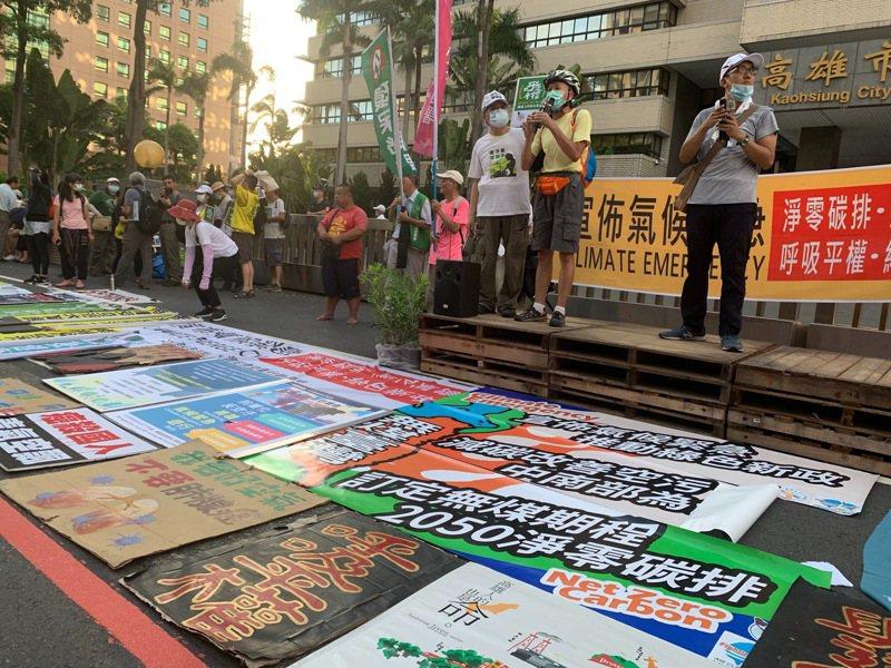 高雄「反空汙抗暖化大遊行」終點在高雄市府四維中心,公民團體表達訴求。記者徐如宜/攝影