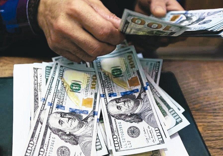 匯銀人士認為央行公布外資持有台股台債逼近外匯存底水準數據,央行意在暗示新台幣有貶...