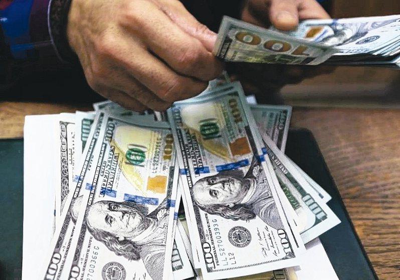 匯銀人士認為央行公布外資持有台股台債逼近外匯存底水準數據,央行意在暗示新台幣有貶值壓力。(路透)