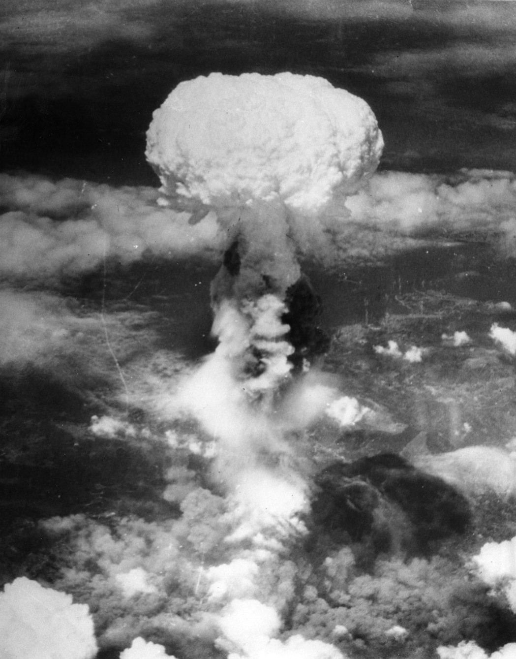 1945年8月9日,美軍在長崎投下的原子彈爆炸後產生蕈狀雲。(美聯社)