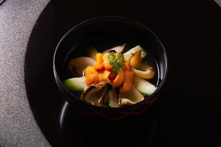 以青森傳統莓煮料理呈現的海膽鮑魚。圖/The Ukai Taipei提供