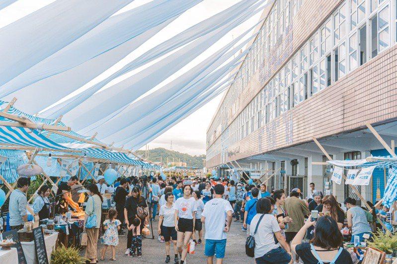 元智大學藝設系以藍色布海打造山海小市集,盼能呈現基隆海港美學。記者游明煌/攝影