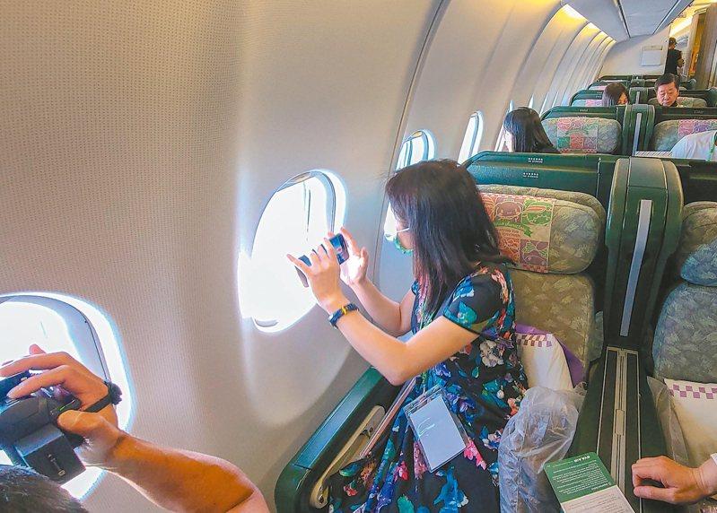 圖為民眾搭偽出國航班繞行與那國島上空。 本報資料照片
