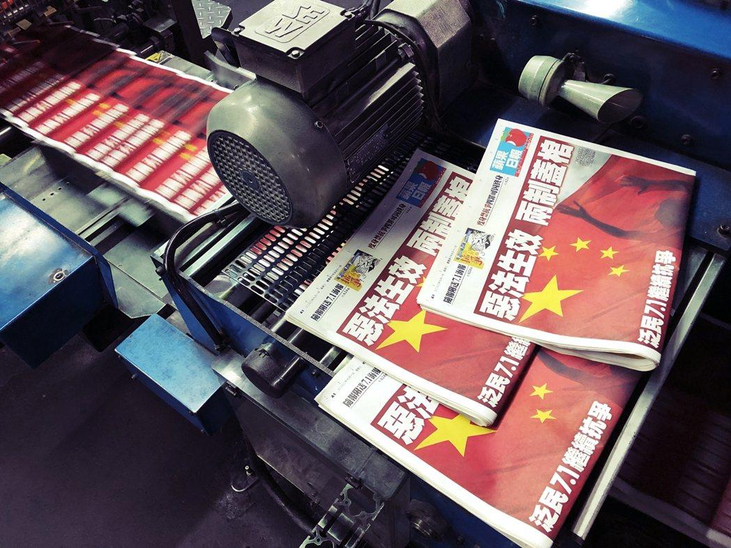 8月10日上午,港警國安處突襲式地逮捕了香港媒體大亨黎智英,指控其涉嫌詐欺並觸犯...
