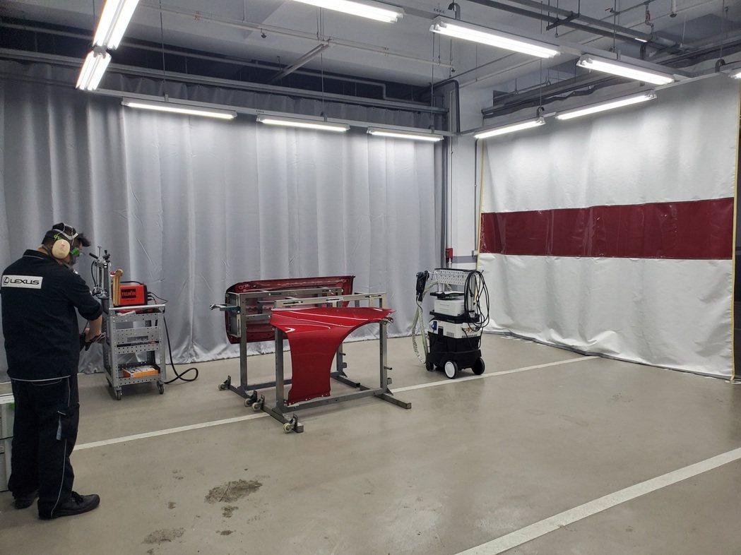 LEXUS特別設置鋁合金獨立維修區域,不僅具防火隔簾,並引進國外知名專修工具及個...