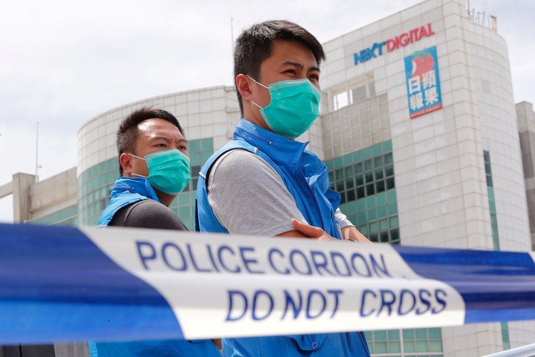 8月10日上午10點左右,香港壹傳媒本部遭到200名港警闖入搜索。港警拉設封鎖線...