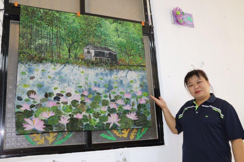 50歲的吳秀枝是雙溪區知名的拼布老師,在上林社區發展協會開拼布班教導婆婆媽媽拼布...