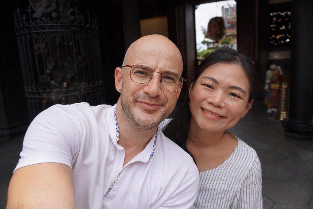 吳鳳與老婆。 圖/擷自吳鳳臉書