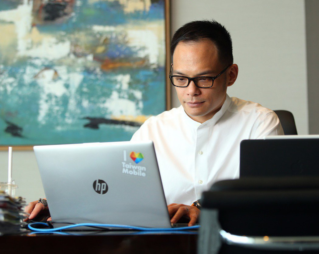 林之晨透露自己訂閱了上百個新聞網站與關鍵字,每日晨讀掌握脈動。 圖/林澔一拍攝