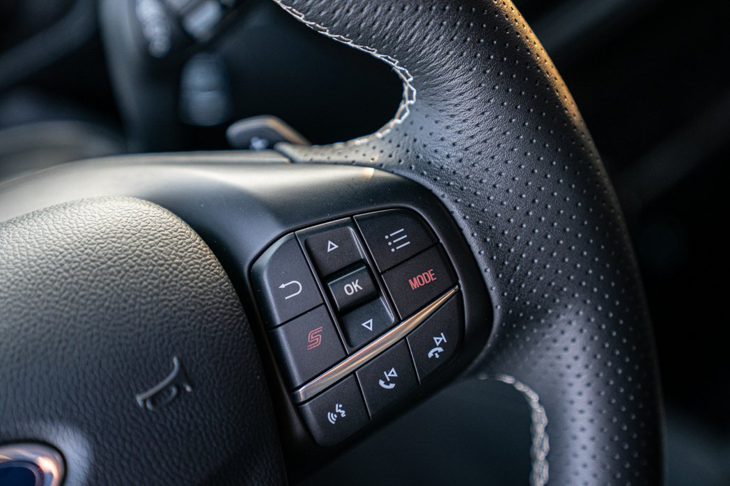 Ford Focus ST Wagon採ST專屬平底運動化方向盤,於右側多功能按...