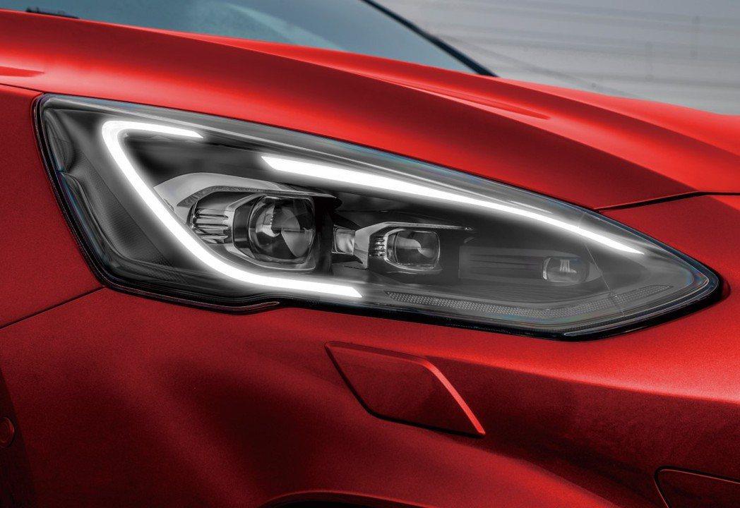 Ford Focus ST Wagon採用專屬「旭日之刃型LED日行燈」,整合A...