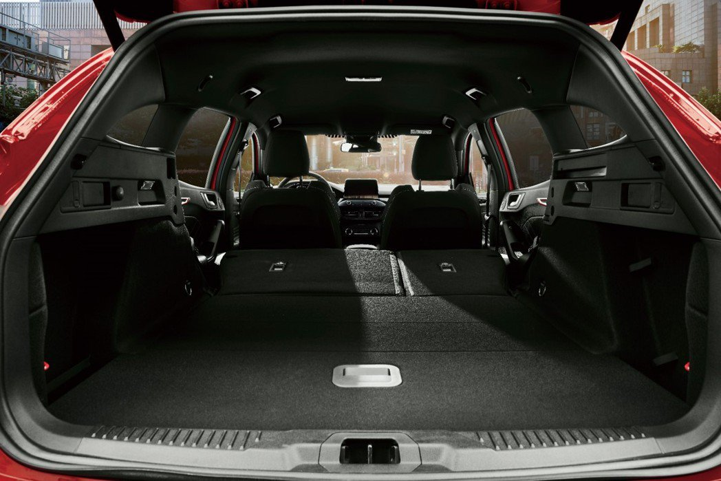Ford Focus ST Wagon後座貼心設計六四分離機制,透過行李廂後座一...