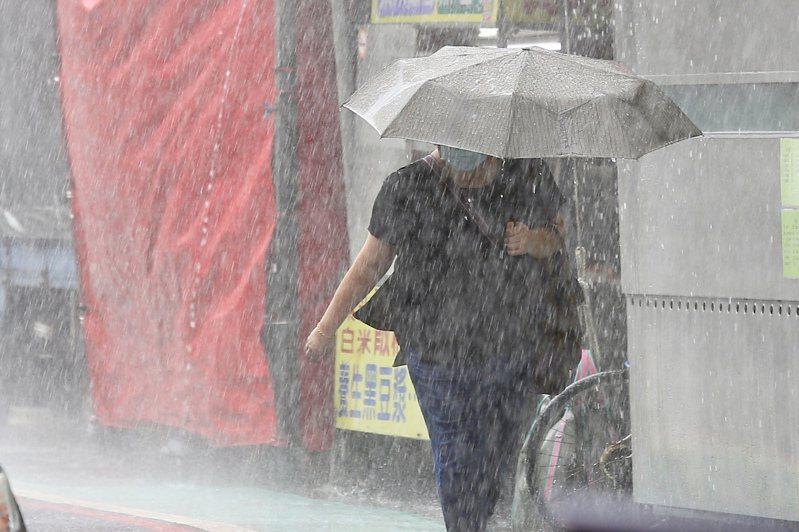 中央氣象局今天表示,因對流雲系發展旺盛,易有短時強降雨,傍晚也針對新北市等12縣市發布大雨特報,提醒民眾注意。聯合報系資料照片/記者林伯東攝影