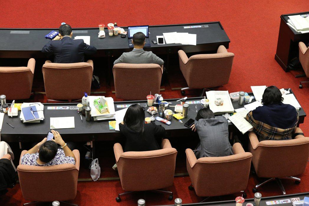 《國民法官法》耗時三天表決,期間有立委疑似因體力透支於座位上補眠。 圖/聯合報系資料照
