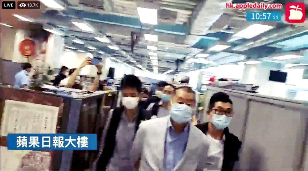 香港媒體大亨黎智英,10日上午無預警遭港警以涉嫌詐欺與觸犯《港版國安法》為由逮捕...
