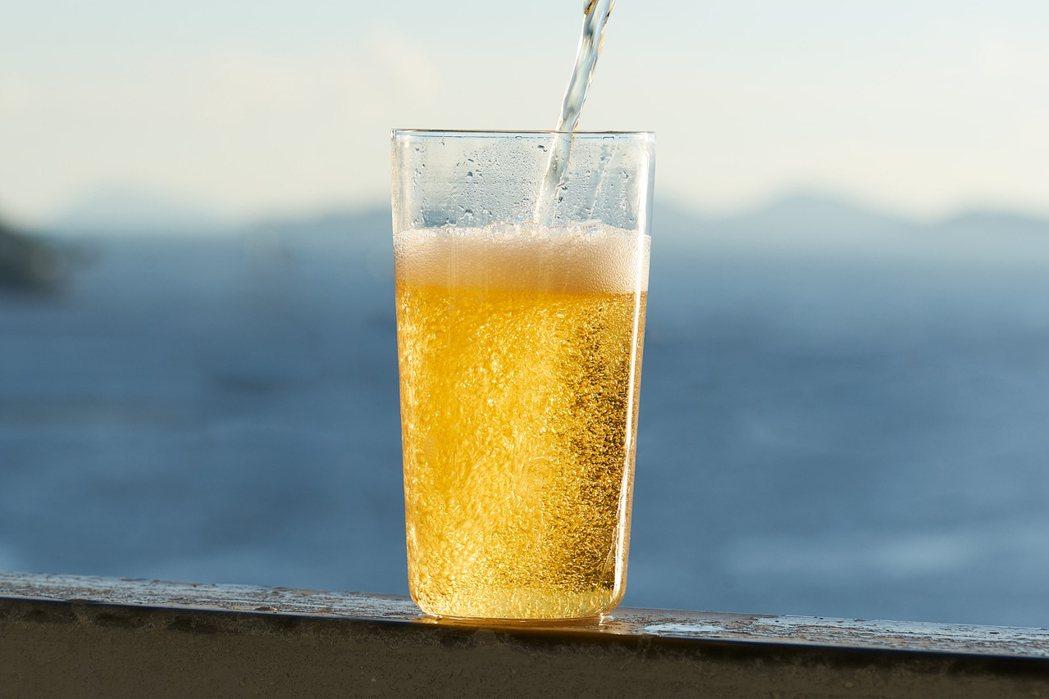 與啤酒完美搭配的,是OOO 330啤酒杯,一個隱形的玻璃杯。當倒入飲料後,杯子形...