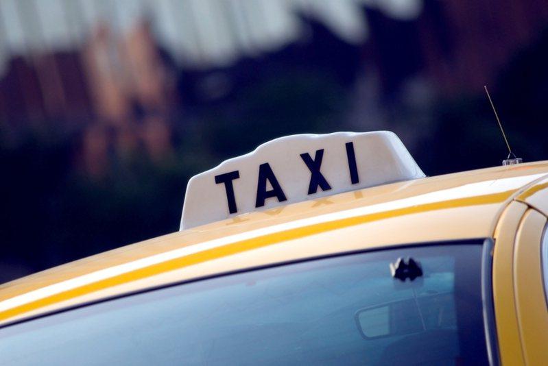 一位搭乘計程車的網友誤拿大鈔付款,發現後司機還裝傻不願承認。示意圖/ingimage