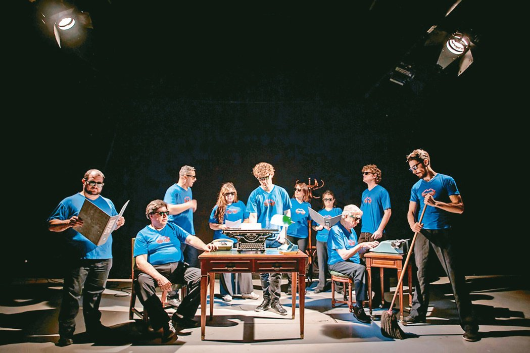 阿根廷盲人劇團演員圍繞著觀眾,製造各種聲音、氣味,以嗅覺、聽覺、觸覺激發觀眾對故...