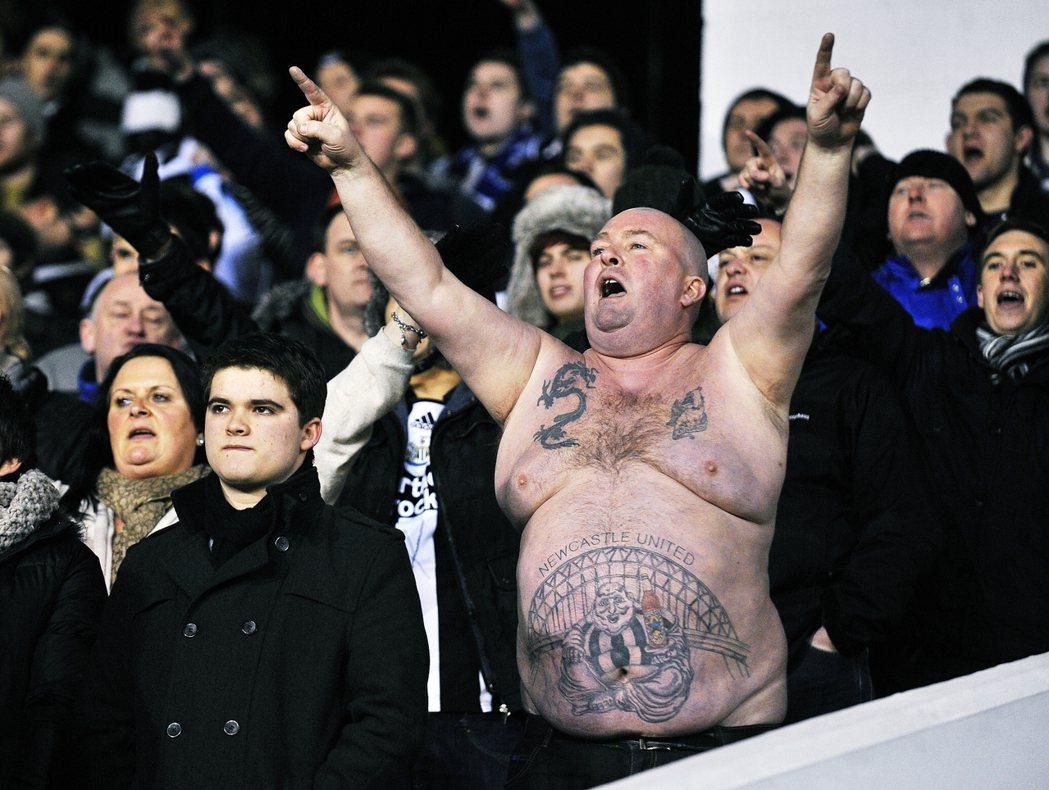 紐卡索的東北球迷,在英超聯賽中以「忍受挫折」與「一生死忠」聞名。 圖/歐新社
