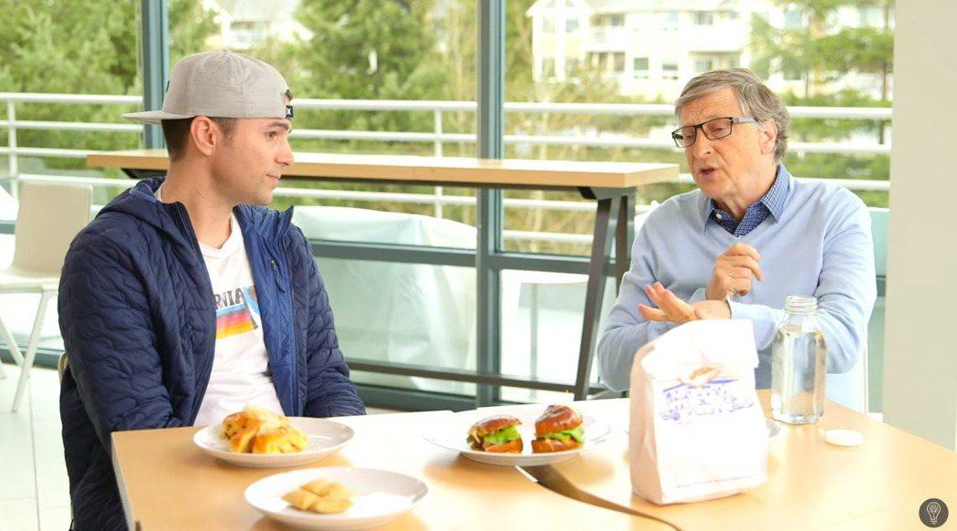 比爾蓋茲在知名Youtuber馬克羅伯(Mark Robar)的頻道中試吃植物肉...