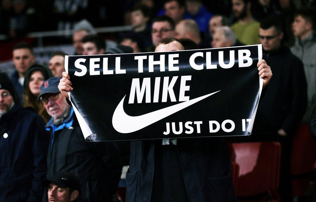 「跪求甩賣!」紐卡索球迷的無奈,在標語上真是一言難盡。 圖/路透社