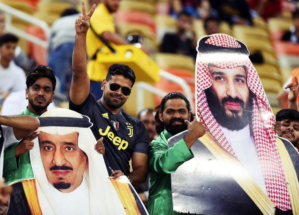 先前義大利超級盃在沙烏地舉行,就已經引起一波中東體壇暗戰。圖為高舉國王、太子肖像...