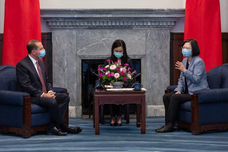 美國衛生部長阿查爾率團訪台,在總統府會見蔡英文總統。歐新社
